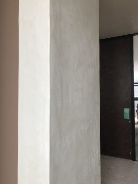 白系のモールテックスの壁面