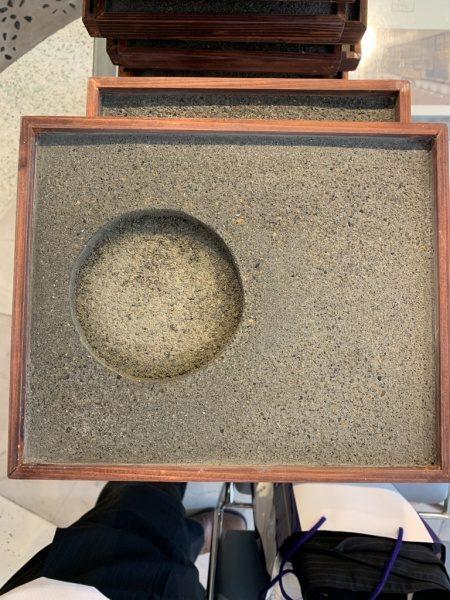 制作途中の日本SF大会受賞盾。アスファルトを表現した洗い出し仕上げ