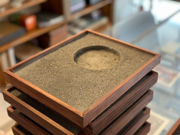 アスファルトを表現した洗い出し仕上げ。複数重ねられた受賞盾用の木枠