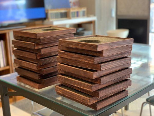 アスファルトを表現した洗い出し仕上げ。沢山の受賞盾用の木枠