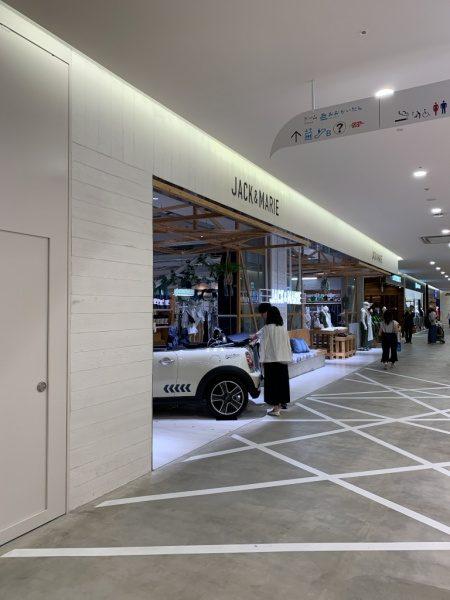うづくり木目モルタルの施工例。お店の入り口付近部分、色は白色