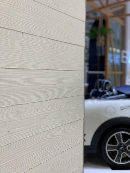 うづくり木目モルタルの施工例。色は白色