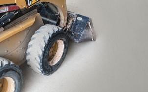 オルトレマテリア床の強度テストとして床の上を重機で通っている
