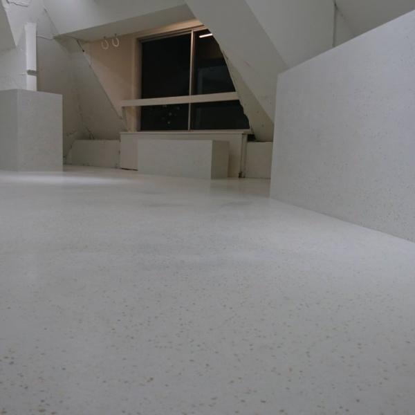 ビールストーン - 打ち合わせサロンの床・立ち上がりに施工