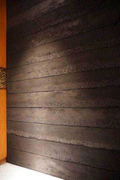 塗り版築の壁。飲食店エントランス
