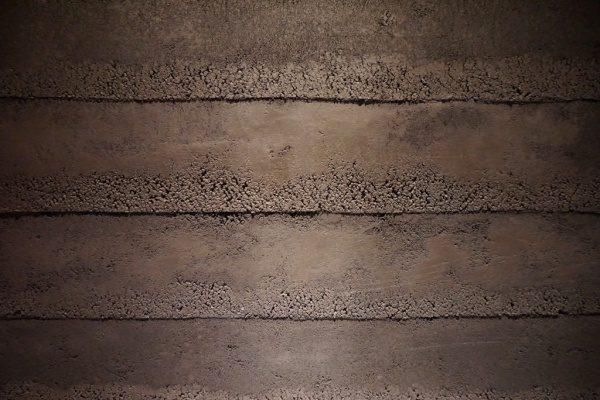 風化した肌を表現した塗り版築の壁