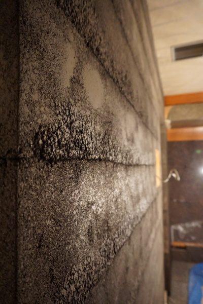 風化した肌を表現した塗り版築の壁。飲食店エントランス