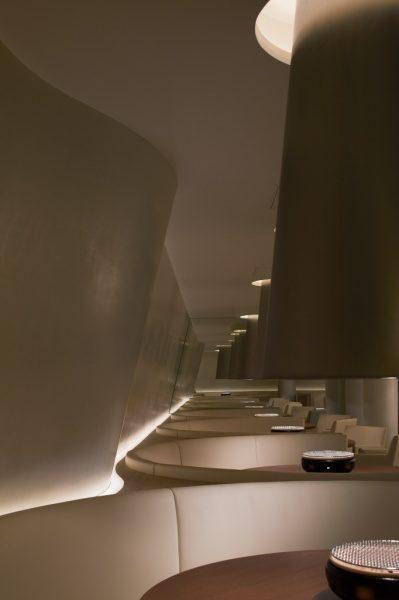白色ポリーブル施工の曲線の壁。六本木白炭
