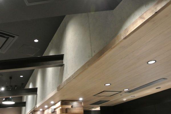 下がり壁に施工された原田左官オリジナルのコンクリート打ち放し風仕上げ