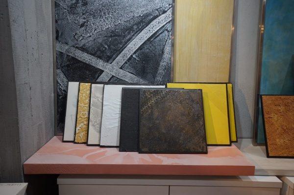 昼光色の照明に照らされたいくつかのサンプル板。原田左官ショールーム