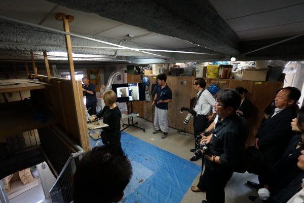 東京商工会議所企画で原田左官を取材中の外国人記者の方々。女性左官見習工さんトレーニング中