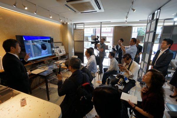 東京商工会議所企画で原田左官を取材中の外国人記者の方々。ショールームにて取材に答える原田代表