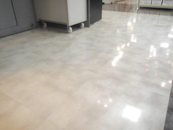 物販店舗の施工前のPタイル既存床