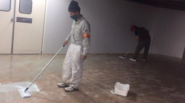 目荒し後の床に専用プライマーを塗っている