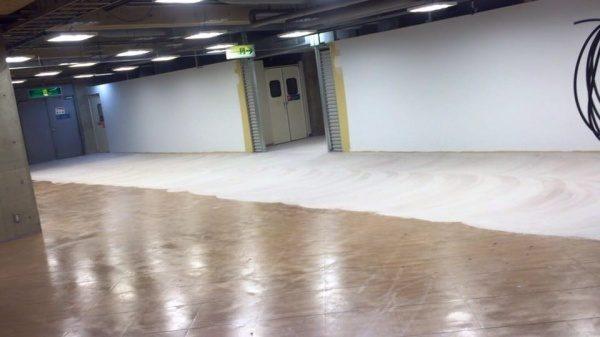 特殊モルタル施工中の店舗床