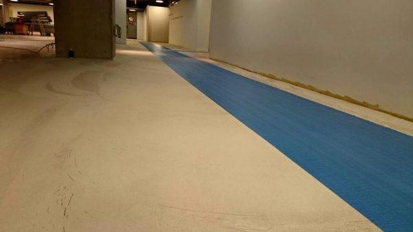 特殊床薄塗モルタル仕上げ施工中の店舗床。下塗り塗布工程完了時の床