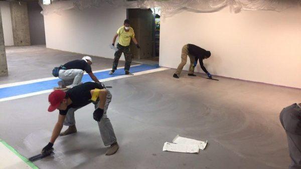 特殊床薄塗モルタル仕上げ施工中の様子