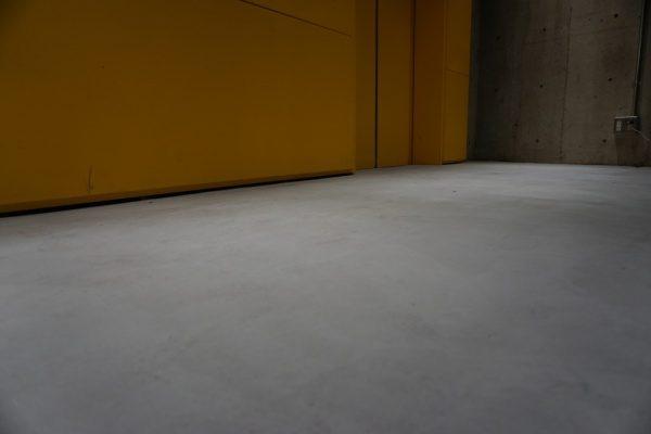 特殊床薄塗モルタル仕上げ施工中の床。表面を整える工程完了時