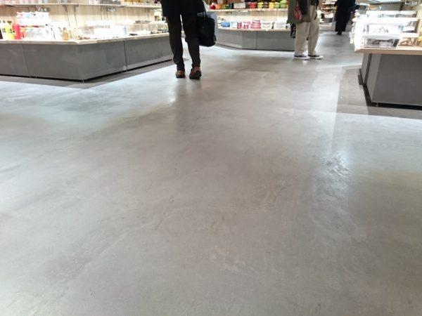 特殊床薄塗モルタル仕上げの店舗床。表面保護材を塗り施工完了の状態