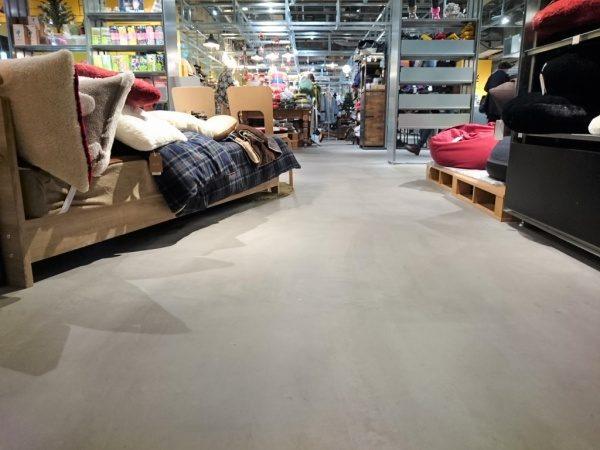 特殊床薄塗モルタル仕上げ施工完了後の床。施工した物販店舗の様子