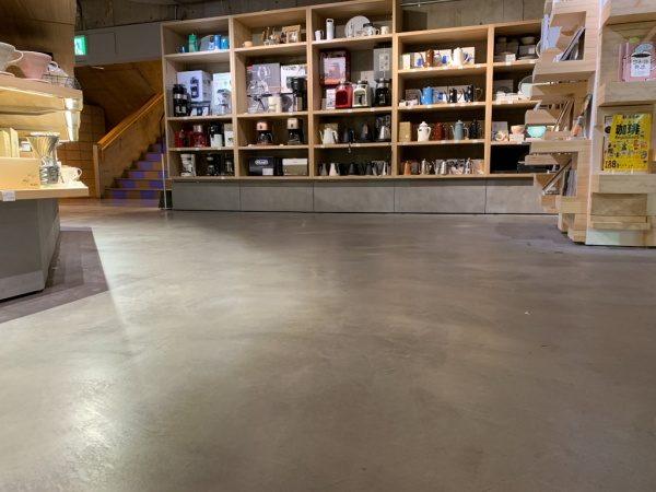 特殊床薄塗モルタル仕上げ施工完了後の床。施工した物販店舗の3年経年後の様子