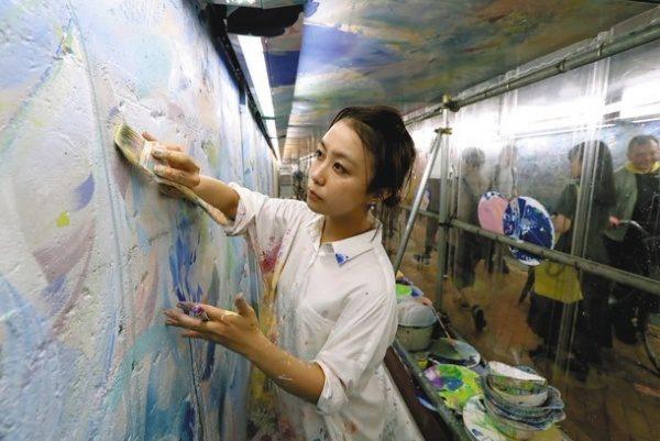 美術作家植田志保さん池袋ウイロード壁面塗装