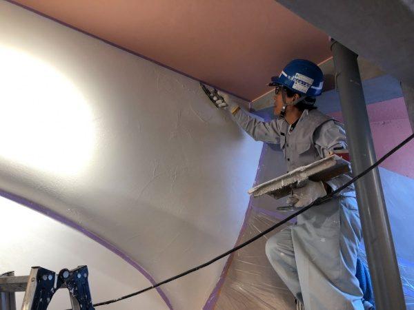 池袋ウイロード再生事業西口ファサード漆喰仕上げ。原田左官早川さん