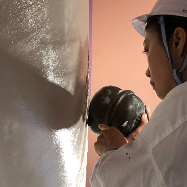 池袋ウイロード再生事業西口ファサード漆喰仕上げ。神社の鈴を押し当て模様付け