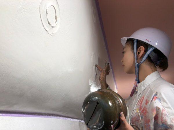 池袋ウイロード再生事業西口ファサード漆喰仕上げ。植田先生微調整作業