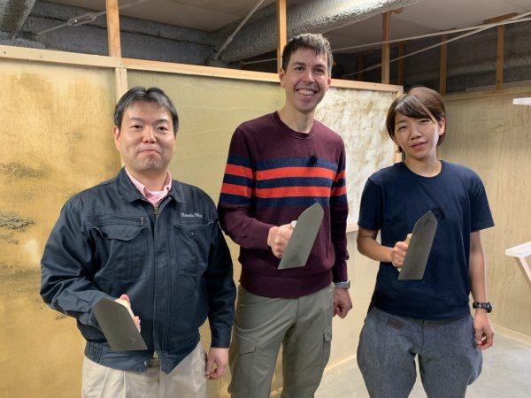 左官体験の記念写真、左が原田左官社長の原田、真ん中がTVレポーターのマットアルトさん、右が原田左官職人の福吉