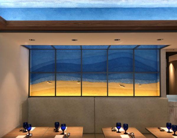 空と海や砂浜をイメージした塗り版築仕上げ壁や天井、西新橋 64 barrack st.