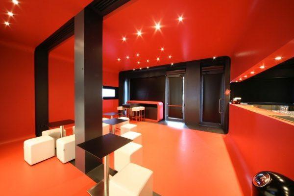 赤のオルトレマテリアで施工した床と壁と天井