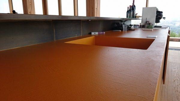 赤色のオルトレマテリアのキッチン天板
