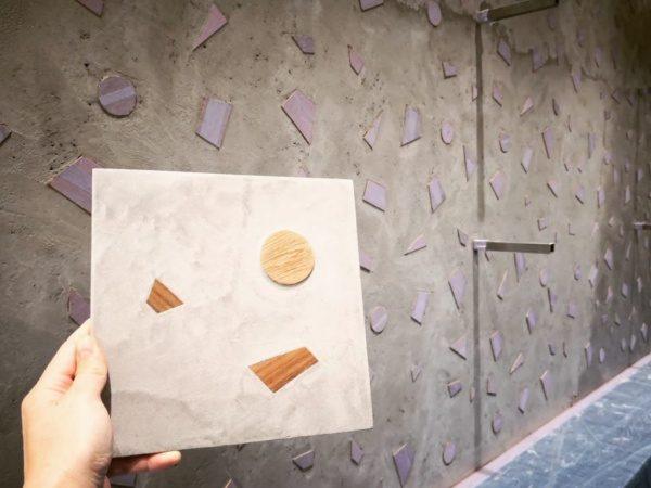 モルタル中塗り+木片の壁。手前はサンプル見本