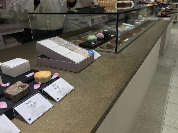 オルトレマテリアゴールド仕上げの和菓子店のカウンター。日本橋高島屋巌邑堂