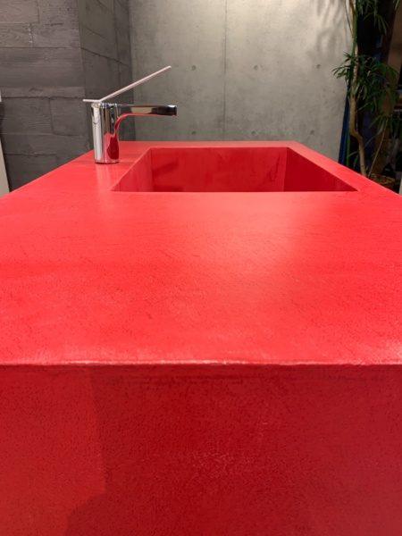 赤色のオルトレマテリア施工キッチン