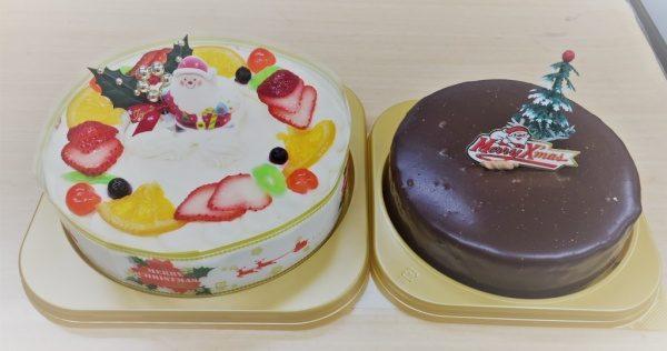 クリスマス用のフルーツのケーキとチョコレートのケーキ