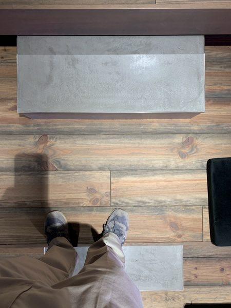 モールテックスグレー、階段のステップに施工。上から見た状態