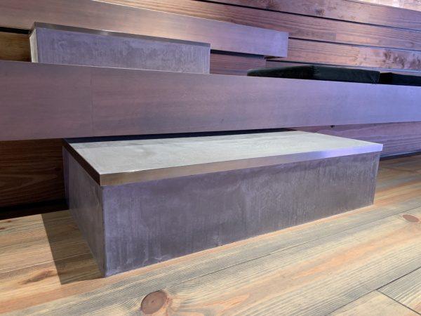 グレーのモールテックスを階段のステップに施工