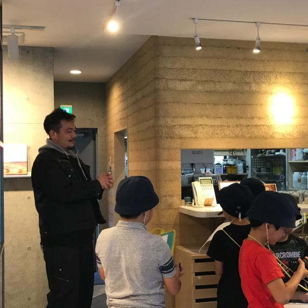 千駄木小学校の生徒さんによるサカンライブラリー見学