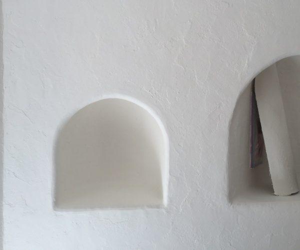 秋葉原マザーハウスe.。原田左官漆喰施工。漆喰を塗った彫り込みディスプレイ台箇所