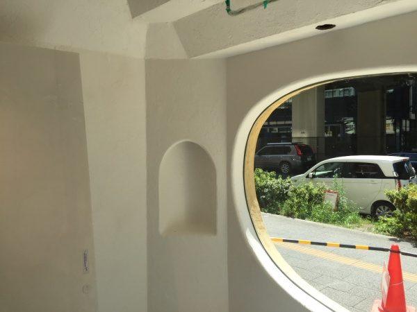 秋葉原マザーハウスe.。原田左官漆喰施工。漆喰を塗った楕円形の窓枠や壁の箇所