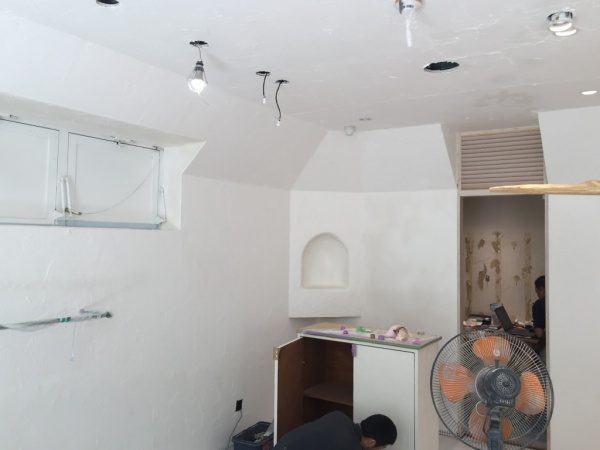 秋葉原マザーハウスe.。原田左官漆喰施工。漆喰を塗った壁・天井と什器