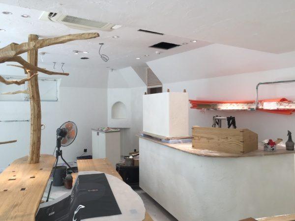 秋葉原マザーハウスe.。原田左官漆喰施工。内装が仕上がってきた状態、エアコン施工前。