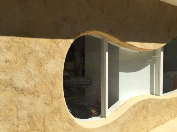 秋葉原マザーハウスe.。原田左官カラーモルタル外壁施工。店舗外壁の窓枠周り箇所