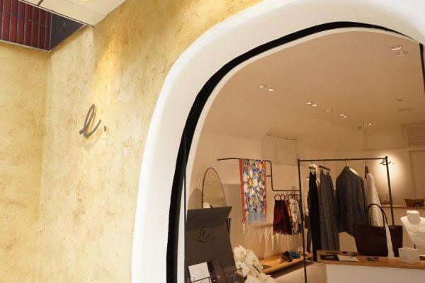 秋葉原マザーハウスe.。原田左官カラーモルタル外壁施工。店舗外壁の入り口周り箇所、お店のロゴがある。