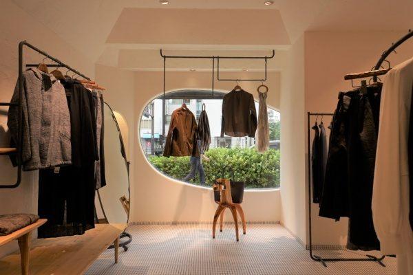 秋葉原マザーハウスe.。原田左官漆喰施工。完成した店舗内装、お店のお洋服が多数展示してある