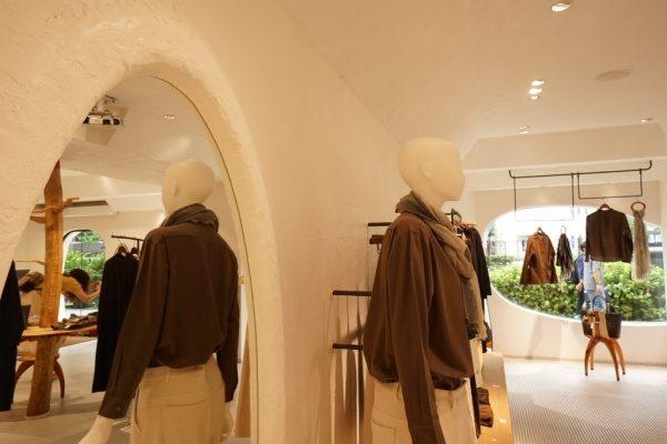 秋葉原マザーハウスe.。原田左官漆喰施工。完成した店舗内装、お洋服やマネキン、鏡がある