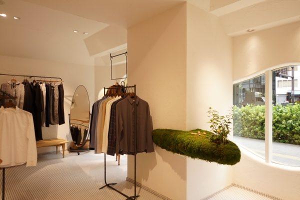 秋葉原マザーハウスe.。原田左官漆喰施工。完成した店舗内装、壁の近くに滋賀の苔装飾がある