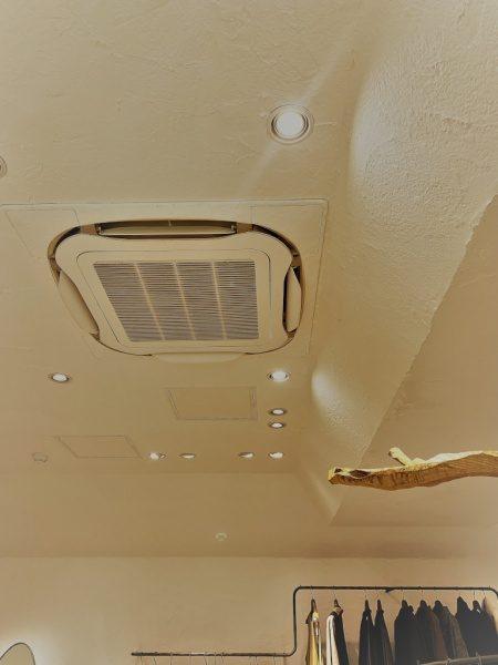 秋葉原マザーハウスe.。原田左官漆喰施工。完成した店舗内装、天井には漆喰施工のエアコン
